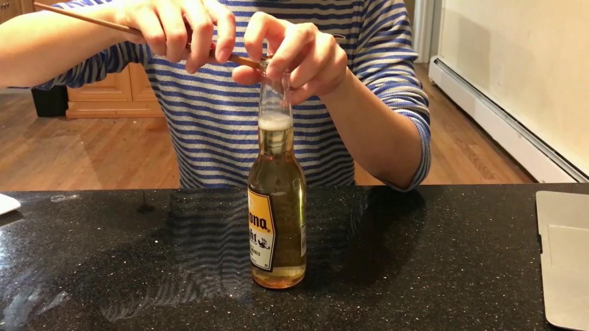 Tập tành mở nắp chai bia bằng đũa và cái kết