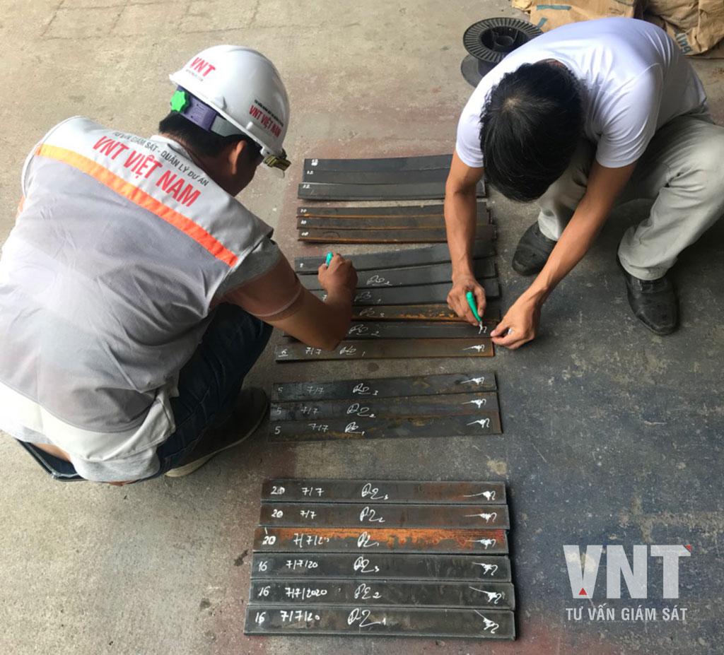 Kỹ sư tư vấn giám sát VNT lấy mẫu thép để thí nghiệm trước khi gia công kết cấu thép tiền chế