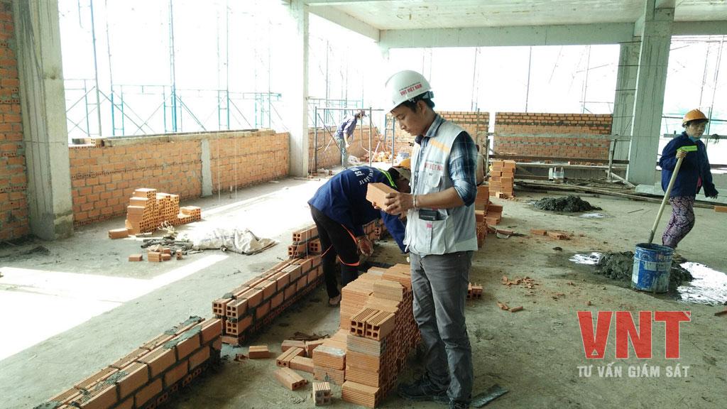 Giám sát thi công xây tường Nhà văn phòng