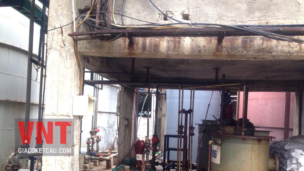 Dầm bị nứt do cốt thép bị ăn mòn hóa chất