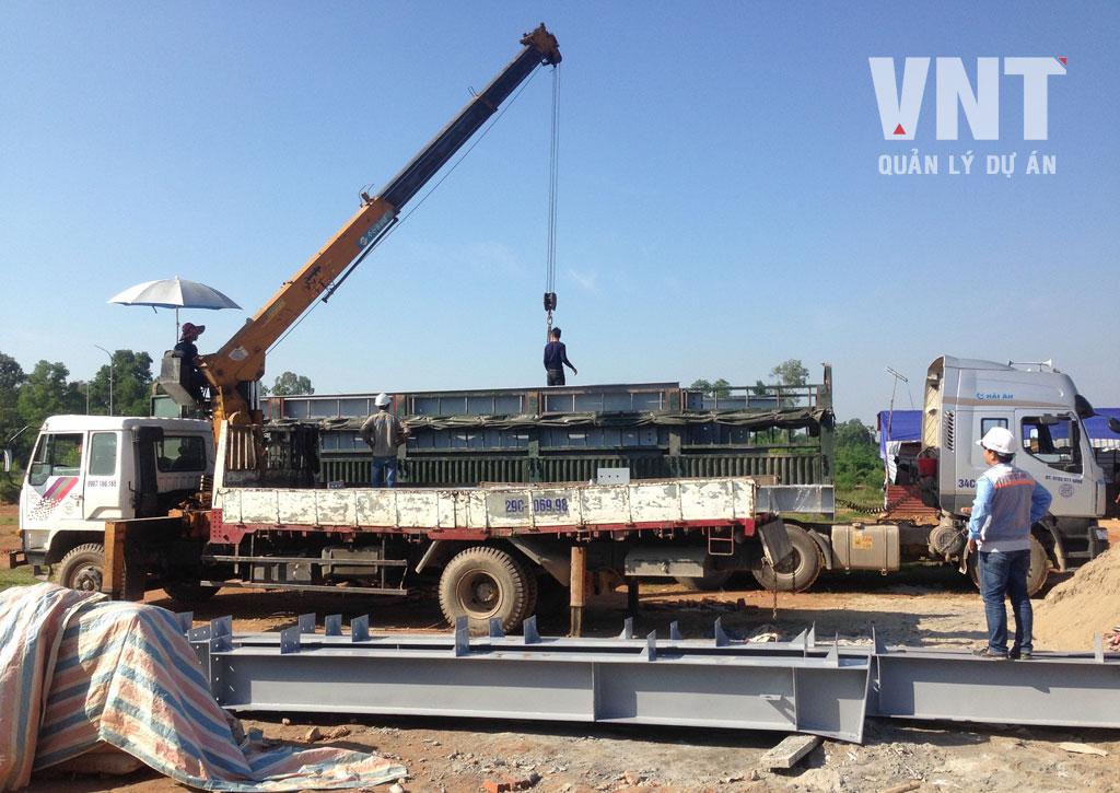 Vận chuyển khung kết cấu thép nhà máy về công trường