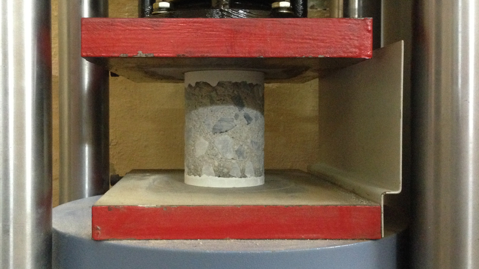 Đưa mẫu vào máy kiểm tra cường độ bê tông