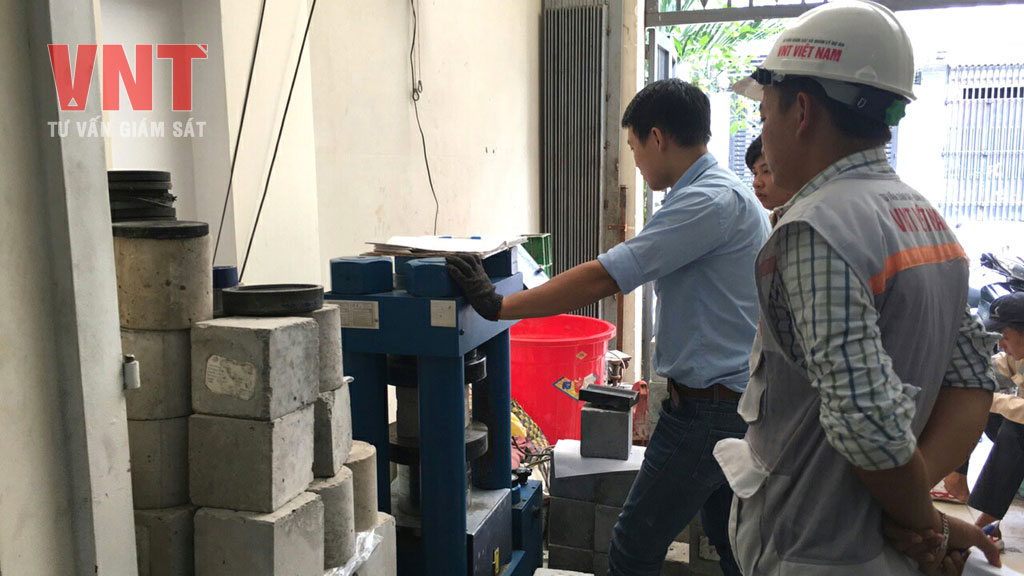 Giám sát thí nghiệm kiểm tra cường độ nén mẫu bê tông