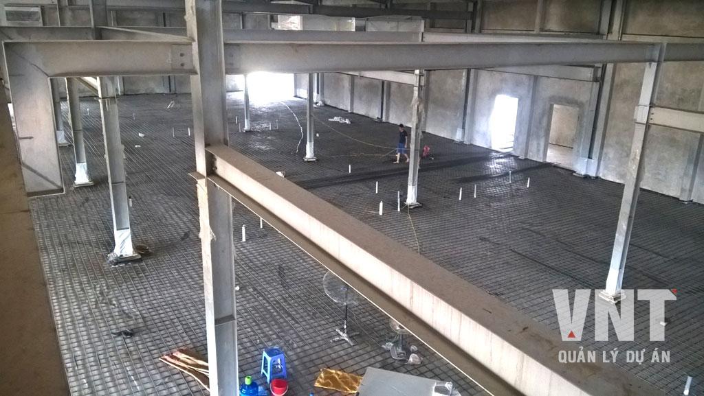 Nền nhà máy được xử lý đầm chặt và xử lý chống ẩm trước khi tiến hành lắp đặt cốt thép chịu lực