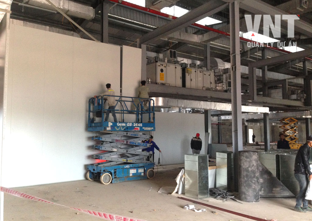 Lắp dựng các tấm panel tường phân chia không gian làm việc bên trong xưởng sản xuất