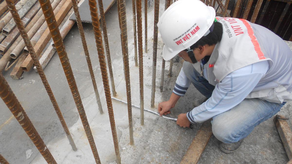 Kiểm tra định vị ván khuôn cột trước khi lắp dựng