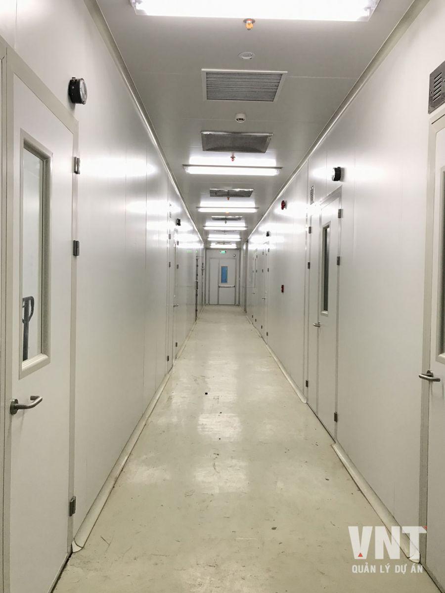 Hành lang nội bộ trong xưởng sau khi hoàn thiện tường, trần panel và sơn epoxy nền