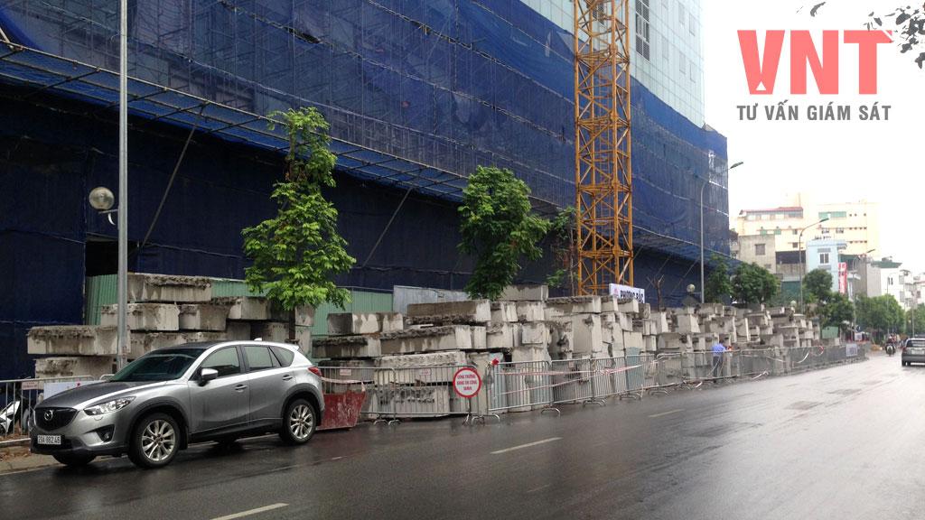 Cột, dầm tầng 19 được cắt thành từng khúc có trọng lượng < 2,5 tấn chuyển xuống đất bằng cần trục tháp