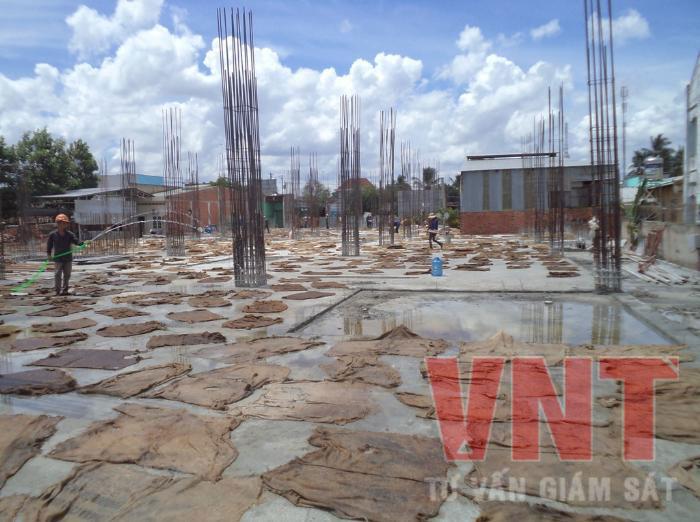 Vì tiến độ thi công được đẩy nhanh nên không nhiều công trình bảo dưỡng ẩm bê tông sàn được như thế này