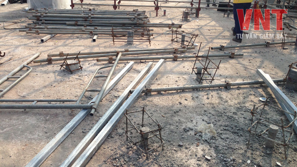 Bao quanh ống được rào bảo vệ để ngăn ngừa va chạm làm gãy đầu ống
