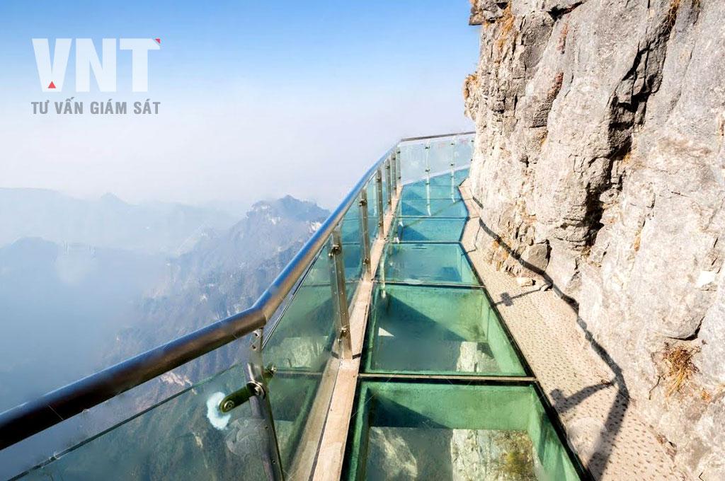 Đường du lịch thám hiểm bao quanh núi ở Trung Quốc