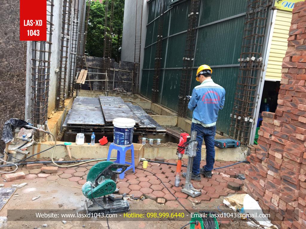 Chủ nhà đã cho dừng thi công toàn bộ công trình để chờ kiểm định chất lượng bê tông xong mới tiếp tục triển khai
