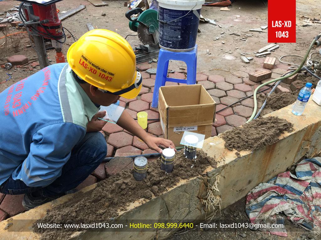 Các mẫu bê tông được lấy bằng phương pháp khoan rút lõi, được các Thí nghiệm viên của Phòng thí nghiệm LAS-XD 1043 gia công và capping làm phẳng 2 đầu bằng vật liệu chuyên dụng ngay tại hiện trường