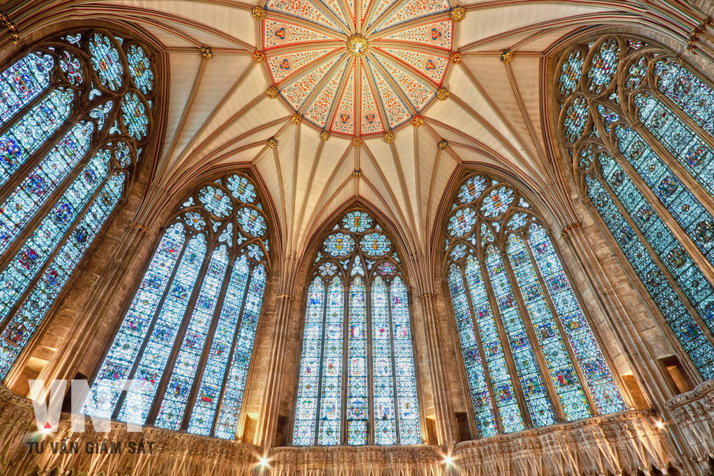 Kính hoa văn nhiều màu sắc thường chỉ thích hợp với kiến trúc nhà thờ hoặc họa tiết kiến trúc
