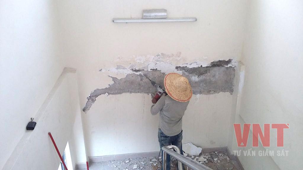 Nứt lớp trát tại vị trí giữa dầm bê tông và tường gạch dẫn đến thấm nước