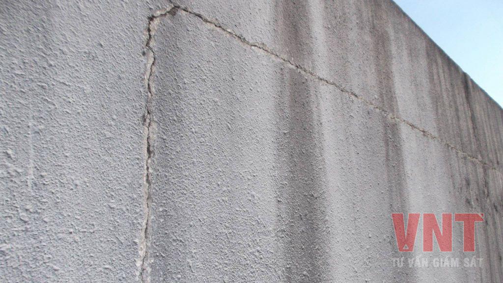 Nứt lớp trát giữa tường với dầm và cột do không đóng lưới trước khi trát