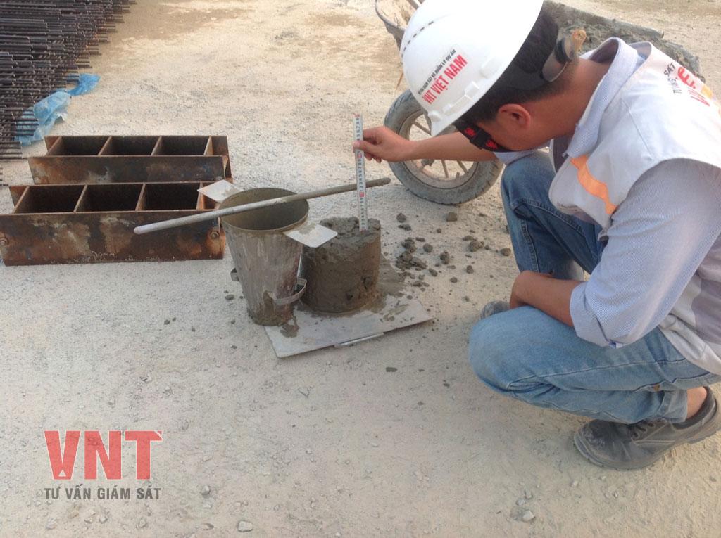 Tư vấn giám sát VNT kiểm tra độ sụt bê tông trước khi đổ