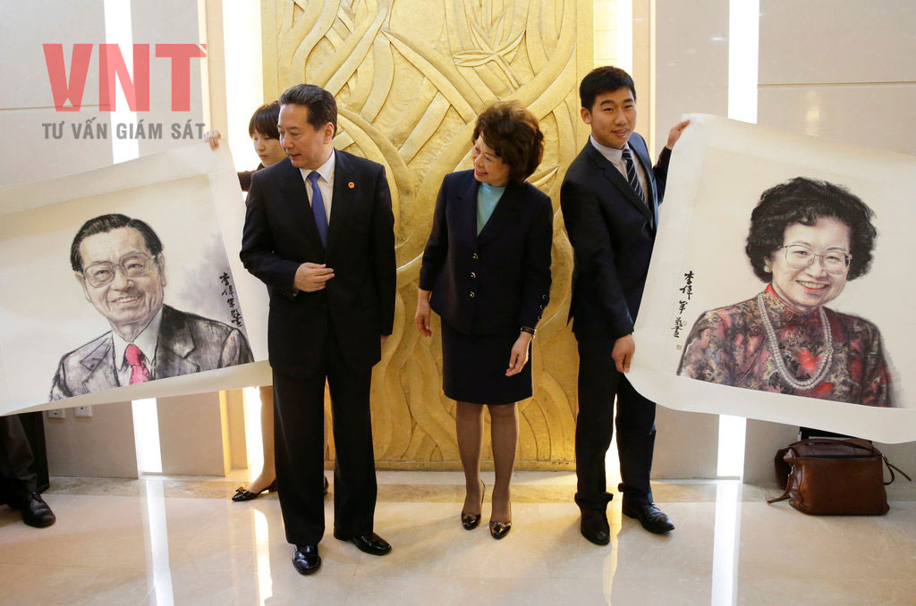 Bộ trưởng Giao thông Trung Quốc Lý Tiểu Bằng tặng bà Elaine Chao tranh chân dung cha mẹ bà do các họa sỹ Trung Quốc vẽ theo phong cách Quốc họa